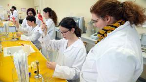 les BTSA GEMEAU de Vienne manipulent en laboratoire, encadrés par les BTSA ANABIOTEC de St Genis Laval (23 janvier 2018). Photo Dominique Dalbin